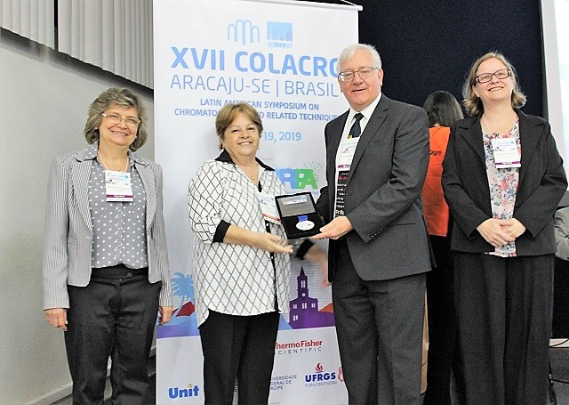 Dr. Philip Marriot recebe a medalha COLACRO